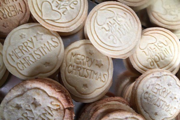 Kekse mit weihnachtlichen Motiv